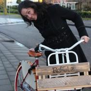 Op een oude fiets
